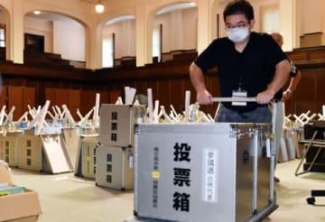 投票所へ向け投票箱を運び出す市職員=鹿児島市役所