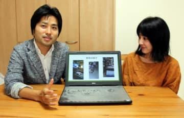 昨夏被災地で行った託児支援を写真で振り返りながら、法人設立の思いを語る青木さん(左)と山崎さん