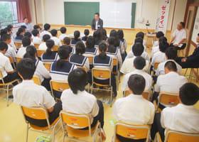 「薬物乱用は絶対駄目」と訴える長島さんの講話に耳を傾ける中学生