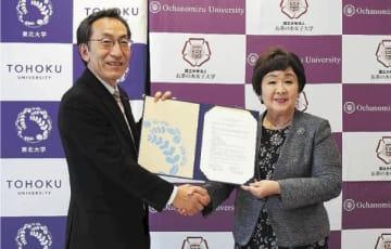 連携協定を結んだ大野総長(左)と室伏学長=19日、東京・丸の内