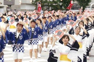 息の合った代官ばやし踊りを披露する参加者たち