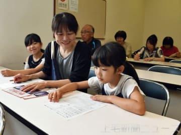 上野三碑かるたの読み札の原案を考える参加者