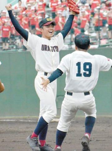 浦和学院―浦和実 浦和学院の最後の打者を打ち取って勝利し、喜ぶ浦和実の豆田=県営大宮