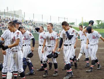 浦和実に敗れ、泣きながらグラウンドを後にする浦和学院の選手たち