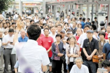 選挙戦最終日となり、候補者の訴えを聞く有権者ら=20日午前、さいたま市内