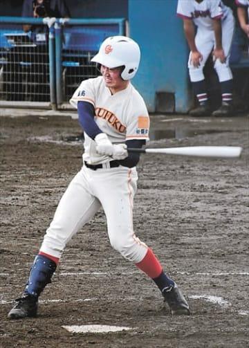 【学法福島-田村】延長10回表、学法福島2死三塁、田高が勝ち越しの中越え適時三塁打を放つ