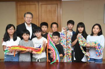 加藤市長に千羽鶴を手渡した児童=南足柄市役所