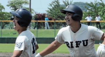 仙台城南―利府 九回の利府、逆転の右越え2点本塁打を放ち、二走の大久保(左)と喜ぶ高橋健