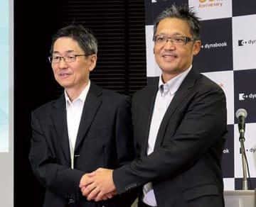 Dynabookの覚道清文社長(左)と日本マイクロソフトの梅田成二執行役員