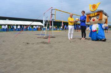 鬼怒川産の砂を使ったコートの完成を祝う和泉市長(左)と大山さん=20日午前、足利市五十部町