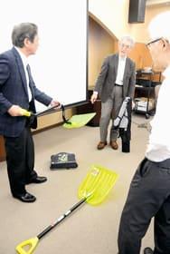 開発した除雪スコップを紹介する吉成教授(中央)