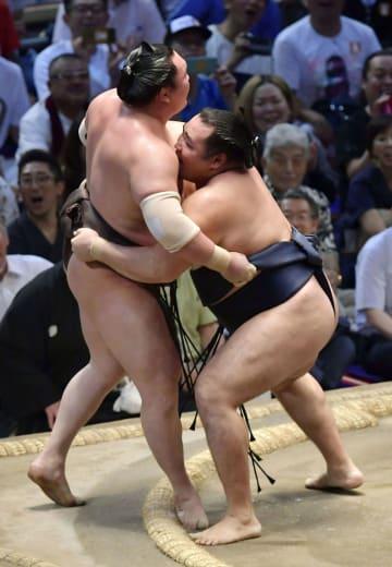 鶴竜が寄り切りで白鵬を破り、6度目の優勝を決める=ドルフィンズアリーナ
