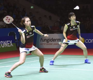 女子ダブルス決勝で高橋礼、松友組を破り2連覇を達成した福島(左)、広田組=ジャカルタ(共同)