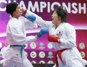 女子団体組手決勝 イラン選手(左)を攻める沢江優月=タシケント(共同)