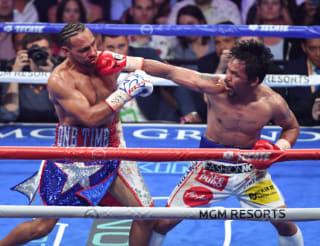 40歳になっても無敗のスーパー王者サーマン(左)にダウンを奪い勝利したパッキャオ(c)getty