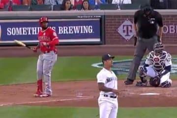 エンゼルスのレンヒーフォが放った打球は三塁側スタンドへのファールとなり…(画像はスクリーンショットです)