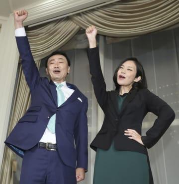 大阪選挙区で当選を決め、喜ぶ日本維新の会の東徹氏(左)と梅村みずほ氏=21日夜、大阪市