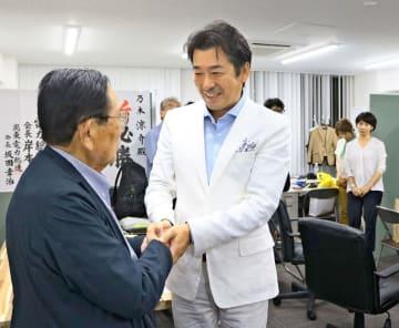 議席を獲得できず、選挙戦を終えて支援者と感謝の握手を交わす乃木氏=21日午後10時10分頃、横浜市中区