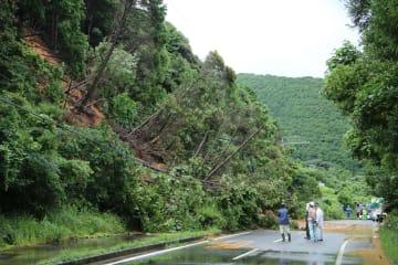 国道384号沿いの斜面が高さ約20メートル、幅約40メートルにわたって崩れ、通行止めとなった現場=20日午後2時7分、五島市岐宿町川原