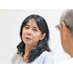 敗戦の弁を支持者に語る相原倫子氏=21日午後10時15分ごろ、藤沢市内の事務所