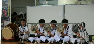 息の合った演奏を披露する龍王町のメンバー=中津市のゆめタウン中津