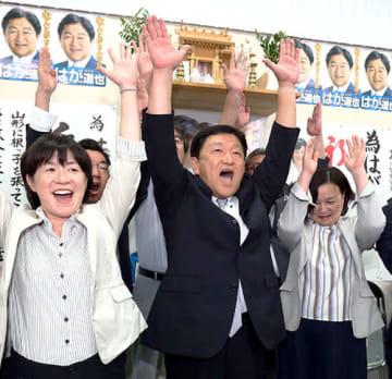 初当選を果たし万歳三唱する芳賀道也氏(中央)=21日午後10時24分、山形市城西町4丁目の選挙事務所