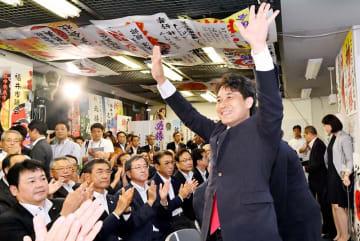 再選を果たし、支持者に笑顔で手を振る滝波宏文氏=7月21日午後8時5分ごろ、福井県福井市大手3丁目の選挙事務所