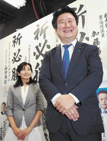 再選を果たし、満面の笑みを浮かべる和田さん(右)=21日夜、仙台市青葉区の事務所