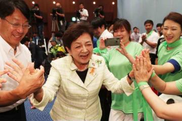 当選確実の報を受けた直後、支持者と喜びを分かち合う嘉田由紀子氏(21日午後11時36分、大津市)