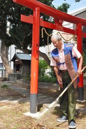 週5日ほどは神社の境内を掃除するという鈴木誠臣さん=弓場八幡神社