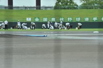 7月22日午前10時40分現在の福井県営球場。雨がやみ、グラウンドを整備中。夏の高校野球福井大会準々決勝の第1試合は正午からの予定=福井県福井市