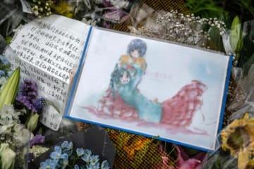 京都アニメーション近くに供えられた花やイラスト - Carl Court / Getty Images