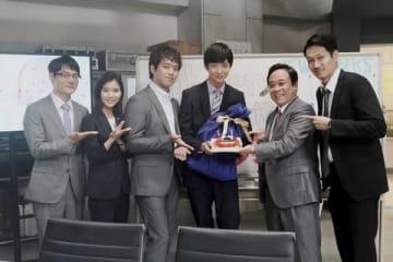 連ドラ「TWO WEEKS」の収録現場で誕生日を祝福された鈴木仁さん(左から4番目)=カンテレ提供