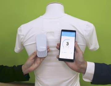 ソニーが発表した専用のインナーシャツのポケットに入れて首元を冷やせるウエアラブル端末(左)