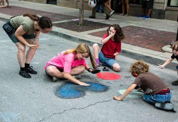 米シカゴでストリートアートフェス開催