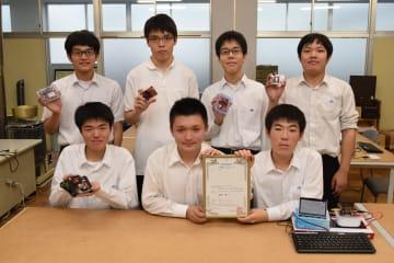 商標登録された「SkyBerryJAM」を手にする栃木工業高生徒ら