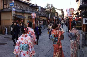 観光客でにぎわう週末の祇園・花見小路(京都市東山区)