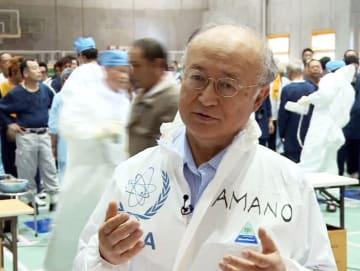 2011年7月、IAEAが公開した福島第1原発視察で、記者の質問に答える天野之弥事務局長(AP=共同)