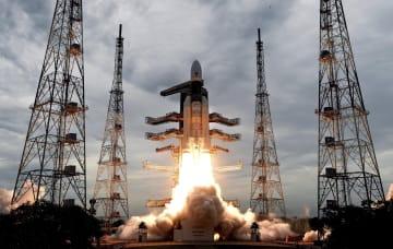 22日、インド南部で打ち上げられた無人月探査機「チャンドラヤーン2号」(インド宇宙研究機構提供、AP=共同)