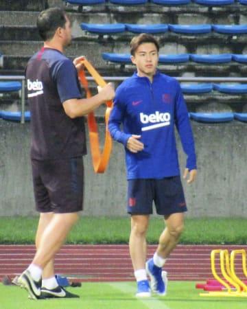 全体練習には参加せず、別メニューで調整するバルセロナの安部(右)=町田市立陸上競技場