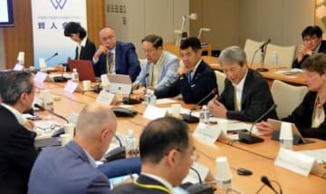 賢人会議の第5回会合に臨む委員たち