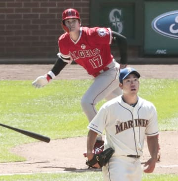 マリナーズ戦の5回、菊池雄星(手前)から左中間に二塁打を放つエンゼルス・大谷翔平=シアトル(共同)