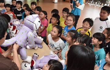 「11ぴきのねこ」の人形の操り方を教えてもらう児童たち