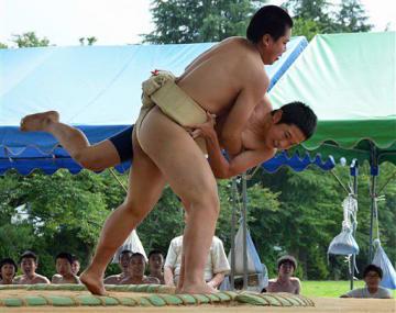 相撲大会で熱戦を繰り広げる倉石中の生徒たち