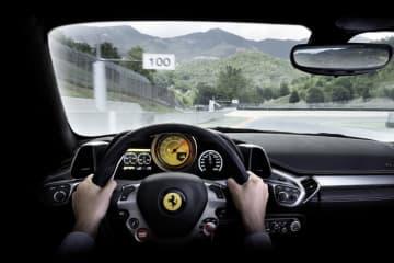 フェラーリ 458イタリアのステアリングハンドル│運転操作中、親指で簡単に(?)操作できるよう中央部にボタン式のウィンカーが配置されている