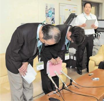 記者会見で集計ミスや開票遅れを陳謝する若林区選管の担当者=22日午後1時、仙台市役所