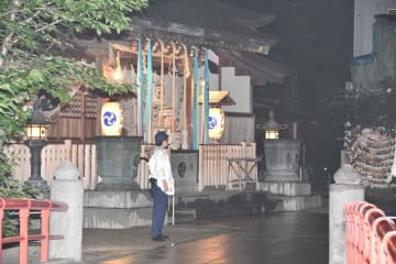女性の息子が見つかった松戸神社=22日午後7時半ごろ、松戸市