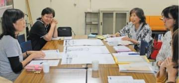 終戦の日の8月15日に新聞4紙に掲載する意見広告について話し合う「赤とんぼの会」のメンバーら。左から2人目が代表世話人の宮崎優子さん=大分市