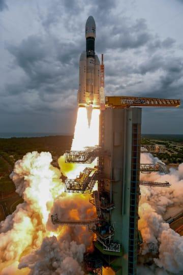 打ち上げられるチャンドラヤーン2号=22日、インド南部アンドラ・プラデシュ州スリハリコタで(PTI)