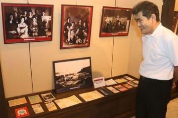 昭和時代の芸者の写真や観光パンフレットを展示している=和歌山県白浜町の「アンド・ン」で